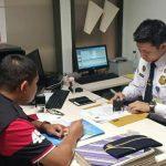 Petugas Imigrasi Kelas II TPI Cirebon saat memeriksa salah satu perusahaan yang mempekerjakan WNA