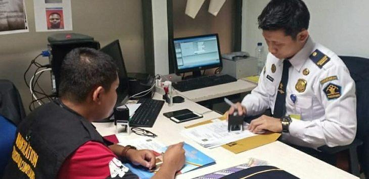 Petugas Imigrasi Kelas II TPI Cirebon saat memeriksa salah satu perusahaan yang mempekerjakan WNA/Foto: Alwi