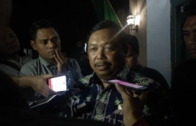 Pimpinan Komisi II DPR RI Herman Khaeron memberikan komentar mengenai ribuan kotak suara kardus KPU Kabupaten Cirebon yang rusak (alwi)