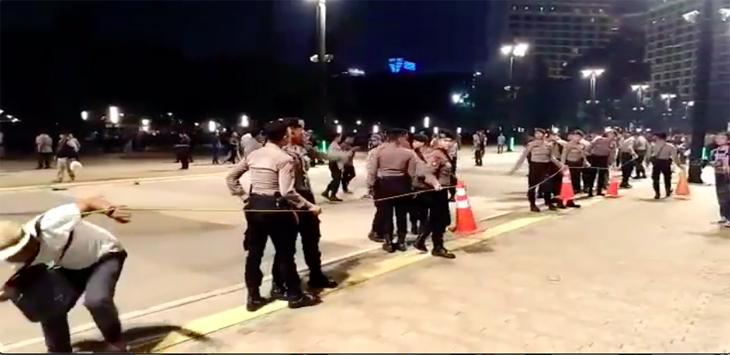 Polisi berjaga jaga di sekitar ledakan di parkir timur Senayan Jakarta pada debat kedua capres (ist)