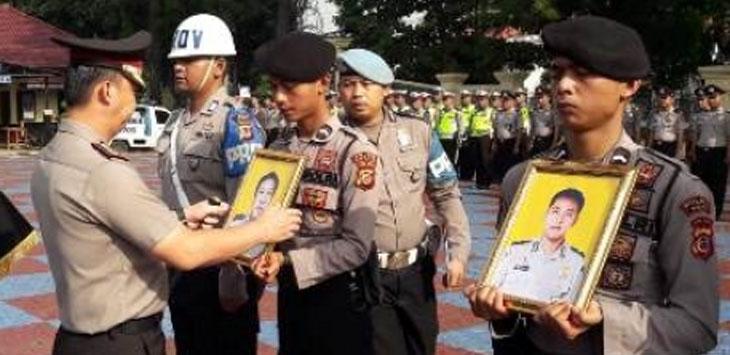 PEMECATAN : Prosesi pemecatan dua anggota Kepolisian Polres Subang di halaman Mapolres Subang,Rabu (6/2/19).
