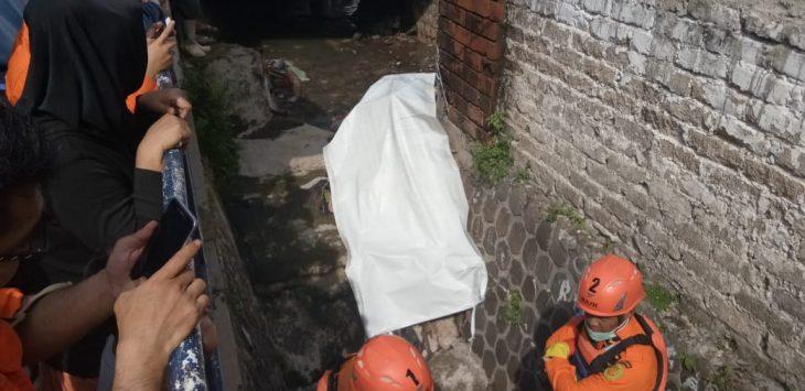 Proses evakuasi jasad korban supir ojek online yang terseret air hujan di kawasan Dago Kota Bandung (arif)