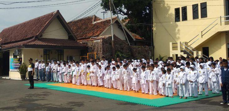Ratusan karateka INKANAS sewilayah III Cirebon melakukan apel kesiapan uji kenaikan sabuk di Makopolresta Cirebon. (Alwi)