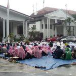 Ratusan santri yang menggeruduk Balaikota Bogor, Senin (18/2) . (adi)