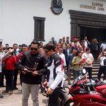 Gubernur Jawa Barat Ridwan Kamil berikan Cinderamata pada Marc Marquez