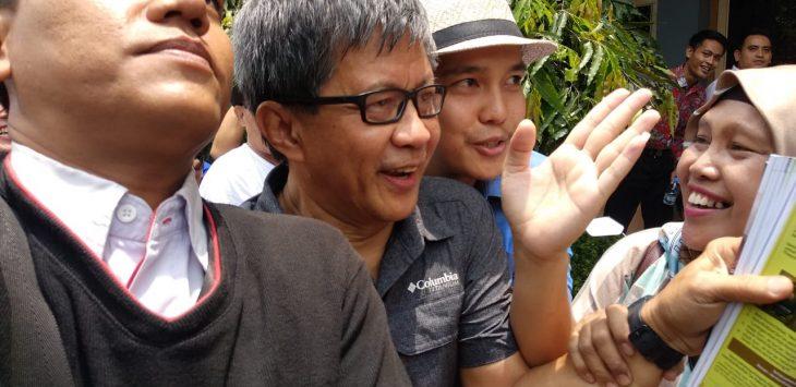 Rocky Gerung dikejar penggemarnya di Halaman Gedung ICC Jalan Tuparev Cirebon (alwi)
