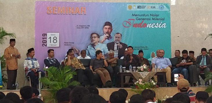 Rocky Gerung mengisi seminar Menuntun Nalar Generasi Milenial Indonesia di ICC Jalan Tuparev Cirebon . (Alwi)