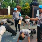 Sebanyak 20 anggota Polres Bogor dihukum push-up lantaran tidak disiplin, Rabu (20:2:2019).