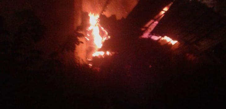 Sebuah gudang ampas tebu di Kecamatan Babakan Cirebon terbakar (ist)