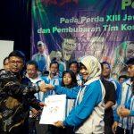 Sekretaris Daerah (Sekda) Kota Cirebon, Asep Dedi (kiri), saat memberikan bonus kepada para atlet2Sekretaris Daerah (Sekda) Kota Cirebon, Asep Dedi (kiri), saat memberikan bonus kepada para atlet2
