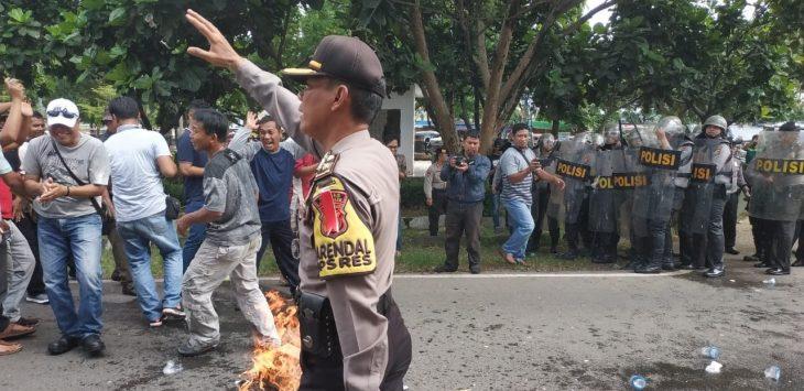 Simulasi pengamanan kantor KPU Indramayu dikepung massa yang protes hasil Pemilu 2019 (yanto)