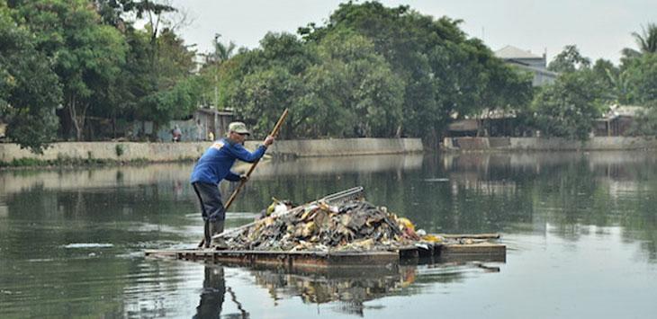 SIHKAN SAMPAH: Satgas PUPR Kota Depok saat membersihkan sampah yang berserakan di Situ Pladen, Kecamatan Beji.