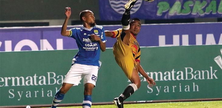 DUEL UDARA: Kapten Persib, Supardi Natsir saat berduel diudara dengan pemain Mitra Kukar di Stadion Gelora Bandung Lautan Api (GBLA), beberapa waktu lalu. Ist