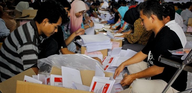 Proses sortir dan surat suara Pemilu 2019 di Kabupaten Bogor, Senin (18/2/2019)./Foto: Rishad