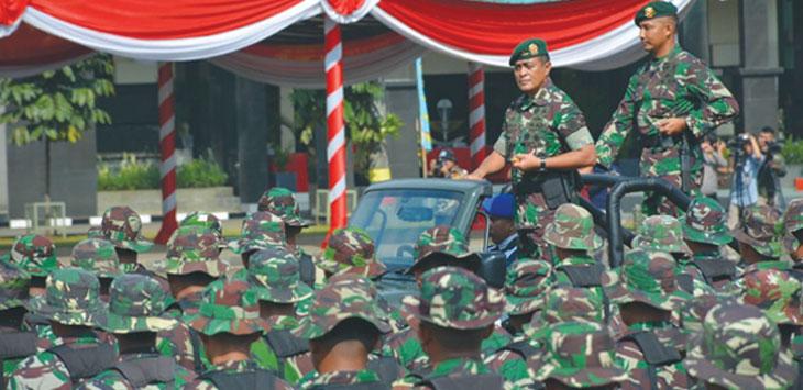 KOMPAK: Anggota TNI dan Polri saat melakukan latihan bersama di Lapangan Upacara Madivif 1 Kostrad, rabu (06/2/19).
