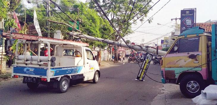 Tiang listrik di Jalan Ipik Gandamanah, Kampung Rawasari, Kelurahan Munjuljaya, Kecamatan Purwakarta tumbang. Gani/Radar Karawang