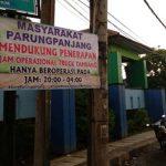 Warga Parungpanjang memasang spanduk dukungan atas kebijakan Pemkab Tangerang yang membatasi jam operasional truk tambang.