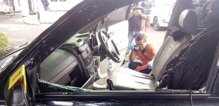 OLAH TKP: Sejumlah aparat kepolisian dari Polres Sukabumi Kota saat melakukan olah TKP aksi kejahatan dengan modus pecah kaca mobil di halaman Parkir Masjdi Tijanul Anwar Jalan Suryakencana Kecamatan Cikole.
