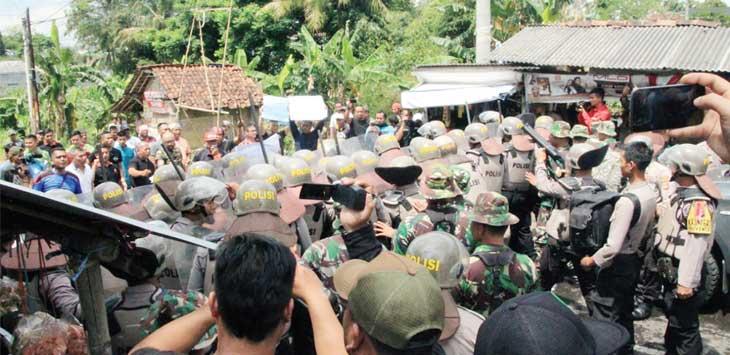 MERASA TAK PUAS: Sejumlah masyarakat Kota Sukabumi melakukan unjuk rasa dan berencana menduduki gudang logistik KPU Kota Sukabumi. Kegiatan ini merupakan simulasi pengamanan yang dilakukan antara TNI dan Polri, Kamis 7/2). Foto : Radar Sukabumi