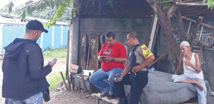 GALI KETERANGAN : Anggota Buser Polsek Cimanggis sedang meminta keterangan warga di sekitar lokasi kejadian pembegalan Cimpaeun Tapos. INDRA/RADARDEPOK