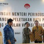 Plt Bupati Bekasi mendampingi Menteri Perindustrian.