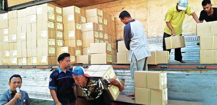 Ribuan box surat suara Pemilu 2019 telah tiba di KPU Sumedang. Pendistribusian surat suara dilakukan bertahap. AGUN GUNAWAN/RADAR SUMEDANG