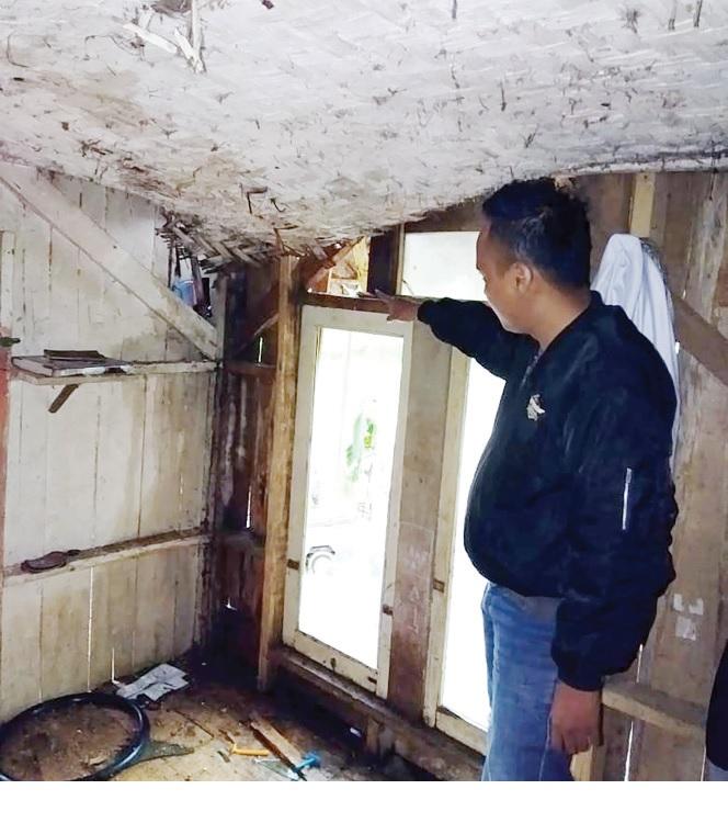 KEJADIAN: Petugas saat melakukan olah TKP kematian Siti (50) warga Kampung Baru, RT 14/2, Kedusunan Cipicung, Desa Neglasari, Kecamatan Purabaya yang tersambar petir.