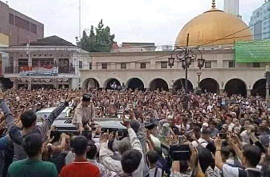 Prabowo Subianto di tengah ribuan jamaah masjid yang membeludak di Bandung. Di Tasikmalaya, ribuan warga juga menyambut Capres Prabowo. (Fb)