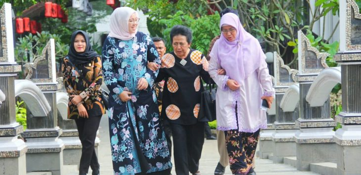 Hj. Anne Ratna Mustika (Bupati Purwakarta berdaster kerudung putih) walaupun tengah hamil 9 bulan tetap eksis menjalankan roda pemerintahan.