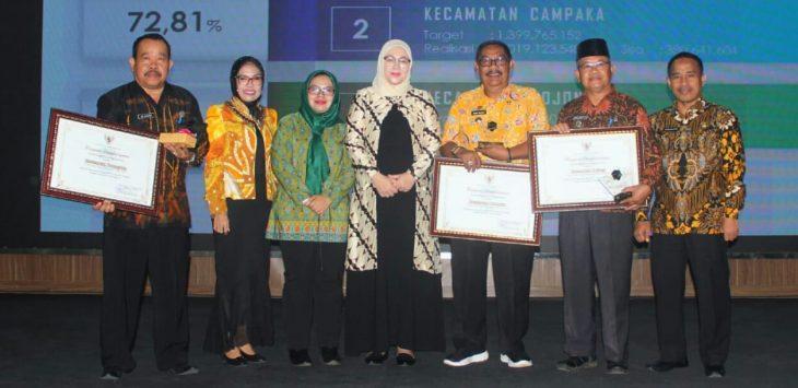Bupati Purwakarta, Anne Ratna Mustika saat berfoto bersama para camat yang meraih penghargaan pembayaran pajak terbaik