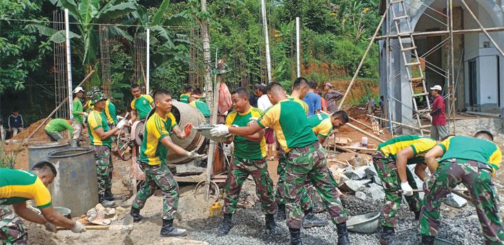 Anggota Batalyon Kavaleri (Yonkav/1) Kostrad turun ke lapangan membantu warga dalam proses pembangunan Masjid Al Barkah di Jalan Carak Buana 2, RT013/003, Kalisari, Jakarta Timur, Sabtu (16/3/19). Radar Depok