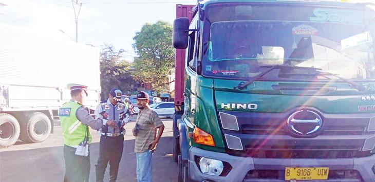 Personel dari Satlantas Polres Sukabumi Sukabumi dan Dishub saat menindak pelanggar pada operasi gabungan sarana angkutan berat di Desa Benda, Kecamatan Cicurug, selasa (26/3/19). Ist