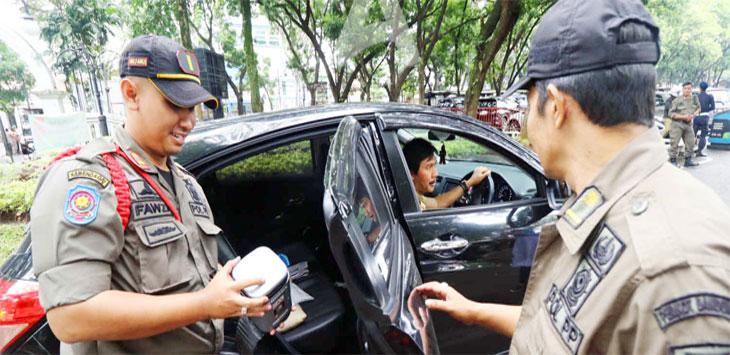 Petugas Satpol PP melakukan pemeriksaan tempat sampah setiap kendaraan yang akan masuk ke Balai Kota Bandung, Jalan Wastukancana, Kota Bandung, Senin (18/3/19). Ist