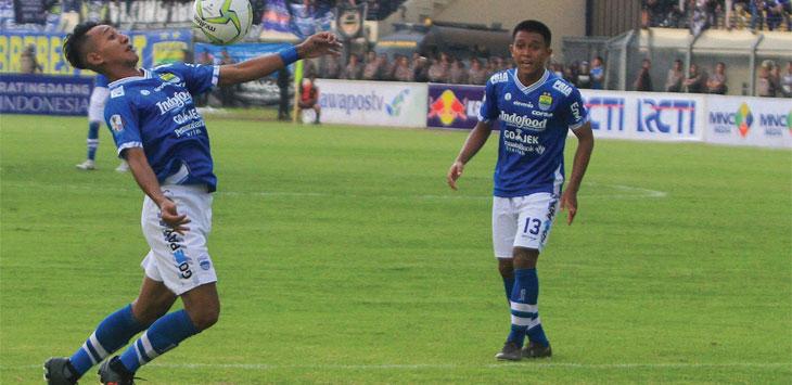 Beckham Putra Nugraha tunjukan skill mengolah bola saat Persib Bandung kontra Persiwa Wamena dalam Piala Indonesia di Stadion Si Jalak Harupat, Kabupaten Bandung, Senin (11/2/19). Radar Bandung