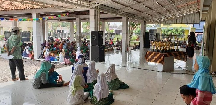 Kegiatan anak-anak bersama orang dewasa di Masjid Ussisa 'Ala T- Taqwa Bodesari Cirebon./Foto: Istimewa