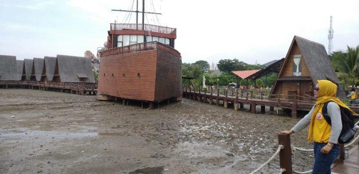 Pengunjung sedang menikmati salah satu view di Cirebon Waterland (rumah makan terapung Laksamana Cheng Ho). Indra/pojokjabar