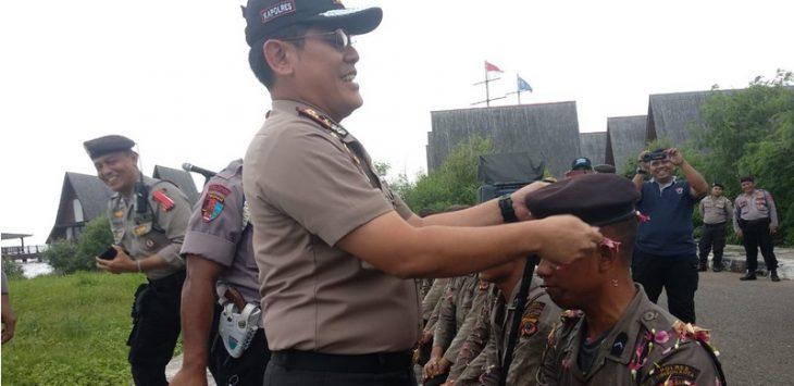 Kapolres Cirebon Kota, AKBP Roland Ronaldy saat memberikan baret kepada delapan anggota Dalmas Polres Cirebon Kota. Alwi/pojokjabar