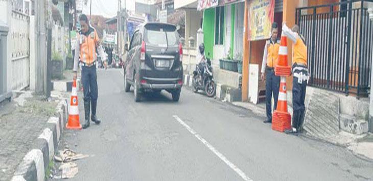 Petugas Dinas Perhubungan Kota Sukabumi saat memasang tolo-tolo di Jalan Karamat, Kecamatan Gunungpuyuh. Radar Sukabumi