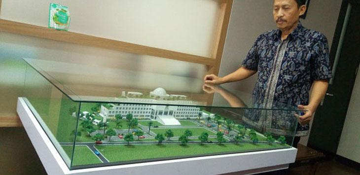 Kepala Dinas Pekerjaan Umum dan Penataan Ruang (PUPR) KBB Anugrah sedang melihat miniatur Gedung baru DPRD KBB di Kantor Pemkab Bandung Barat, Ngamprah. Ist