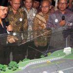 Gubernur DKI Jakarta Fauzi Bowo meninjau maket MRT usai pencanangan pembangunan awal di Stadion Lebak Bulus Jakarta tahun 2012 lalu (int)