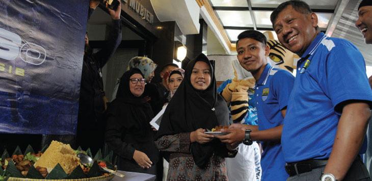 Gelandang Persib Bandung, Beckham Putra secara simbolis memberi potongan tumpeng kepada salah seorang anak yatim dalam acara Hari Jadi Persib ke - 86 di Panti Asuhan Aninda Rosada, Jalan. Karapitan, Kota Bandung, Kamis (14/3/19). TAOFIK ACHMAD HIDAYAT/RADAR BANDUNG