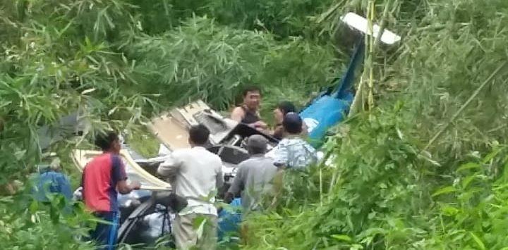 Helikopter yang jatuh di Tasikmalaya Jawa Barat dikelilingi warga dan petugas (ist)