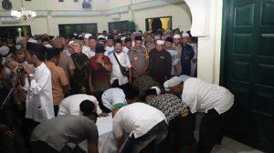 Ibunda Ustadz Abdul Somad (UAS) dishalatkan di Masjid Raya di Silau Lama Asahan Sumut (ist)