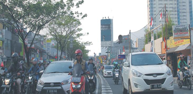 Sejumlah kendaraan melintas di kawasan Jalan Margonda Raya. Radar Depok
