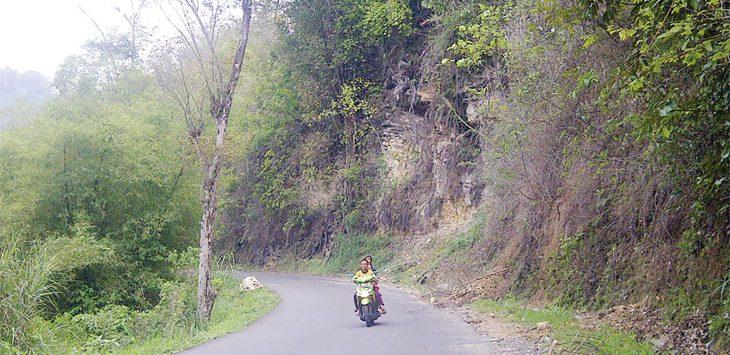 Jalan Raya Nyalindung - Sagarenten, tepatnya di Kampung Cibodas, RT 2/3, Desa Cijangkar, Kecamatan Nyalindung, rawan longsor dan membahayakan pengendara lalu lintas. Radar Sukabumi