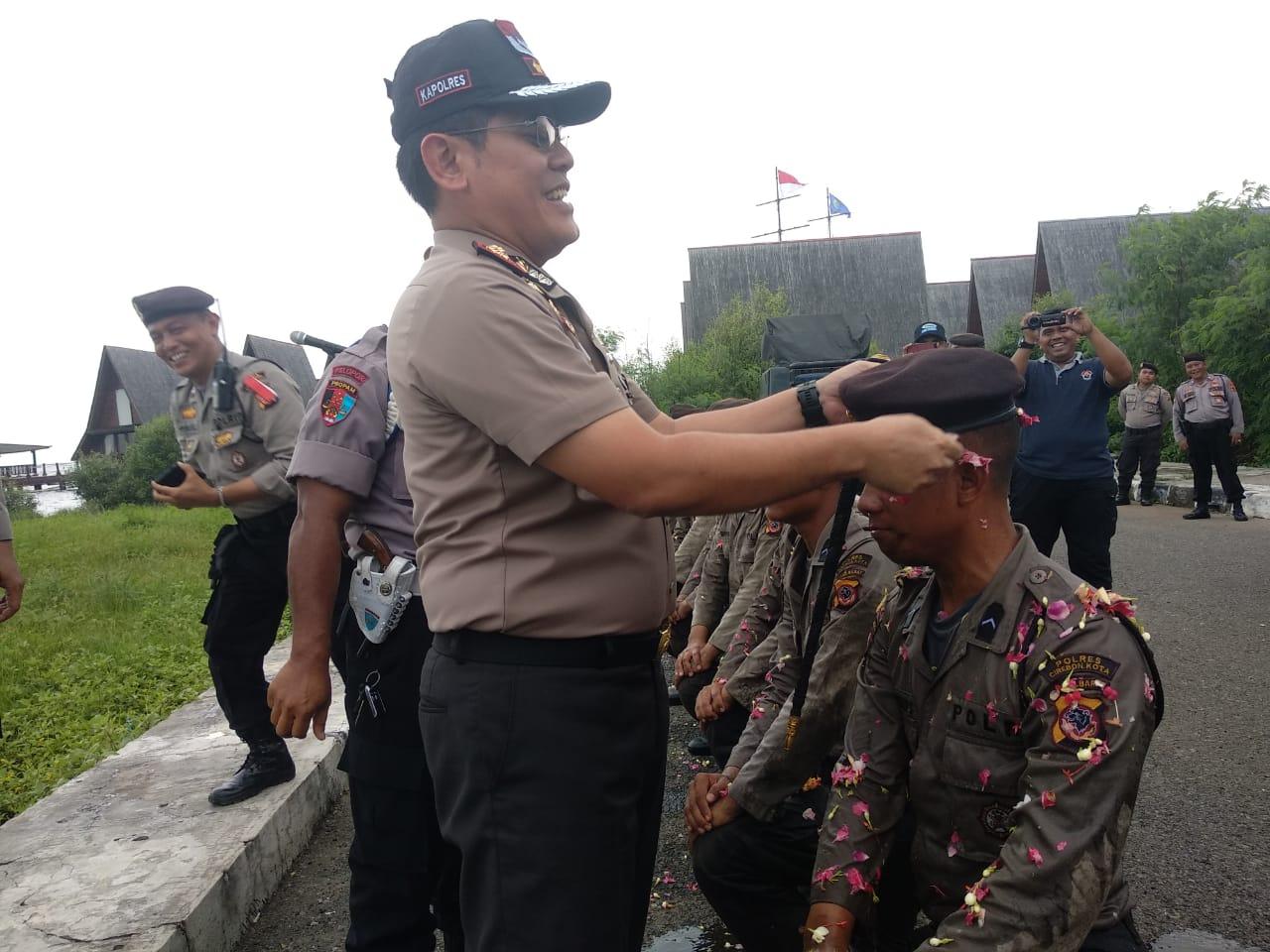 Kapolres Cirebon Kota memberikan baret