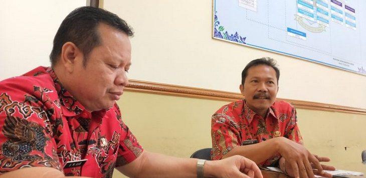 Kepala Disnakertrans Kabupaten Cirebon Abdullah Subandi berkoordinasi dengan BNP2TKI terkait kepulangan Turini Fatmah./Foto: RC