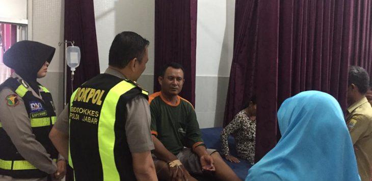 Tim Dokter Polres Cirebon cek korban keracunan di Desa Slangit Kecamatan Klangenan. Kirno/pojokjabar