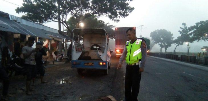 Petugas Satlantas Polres Cirebon langsung lakukan penanganan terhadap korban diduga tabrak lari. Ist/pojokjabar