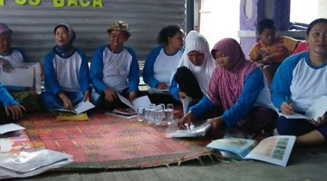 Ibu-ibu di Kecamatan Kapetakan sedang belajar membaca. Ist/pojokjabar